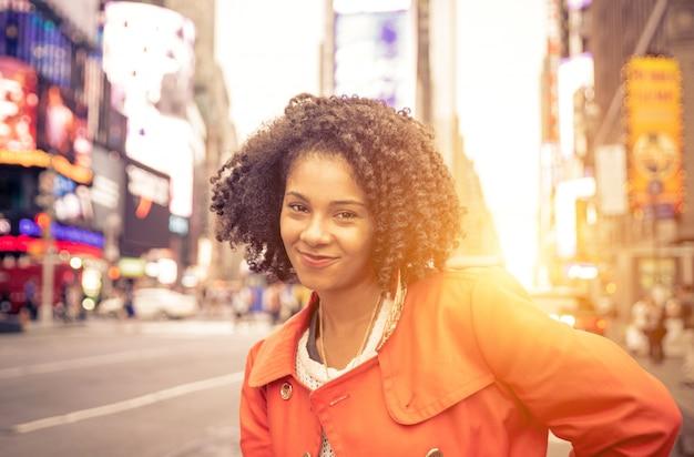 Amerikaanse vrouw in time square, new york. stedelijk levensstijlconcept