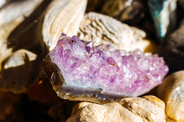 Amethist is een violette macrokristallijne variëteit van kwarts Premium Foto