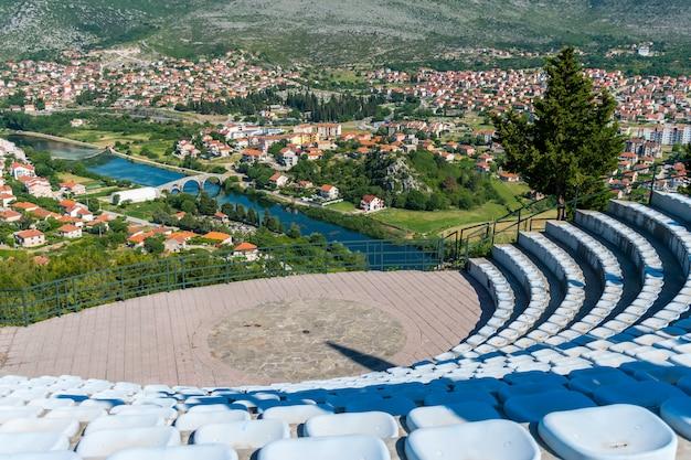 Amfitheater in de open lucht op het grondgebied van de tempel hertsegovachka-gracanica