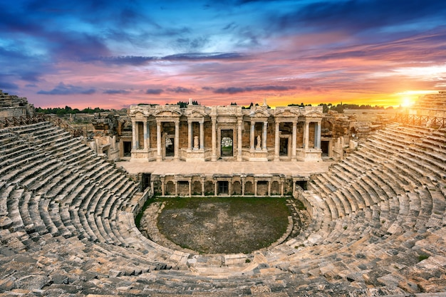 Amfitheater in de oude stad hierapolis bij zonsondergang, pamukkale in turkije.