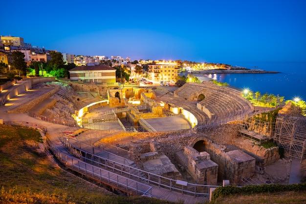 Amfitheater van tarragona bij zonsondergang in catalonië