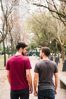 Amoureuze homo paar staande op het goede spoor in park