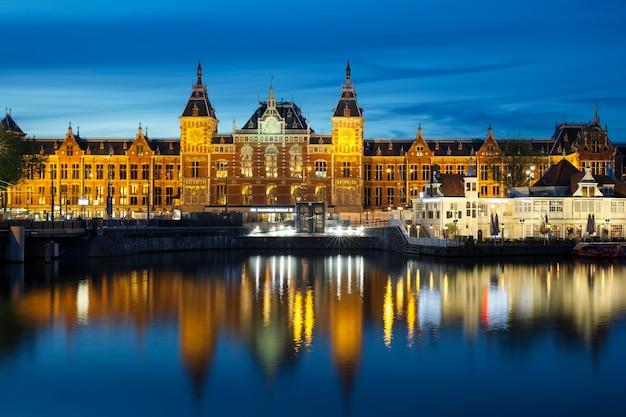 Amsterdam - 6 juli 2016: centraal station op 6 juli 2016 in amsterdam. centraal station is het centraal station van amsterdam en wordt dagelijks door 250.000 reizigers gebruikt.