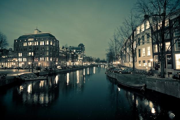 Amsterdam canal street uitzicht bij nacht. horizontaal schot