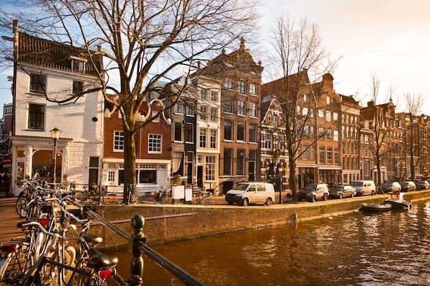 Amsterdam canal street uitzicht in de winter. horizontaal schot