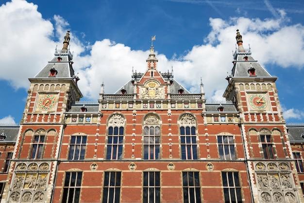 Amsterdam centraal station detail in de zonnige dag, nederland.
