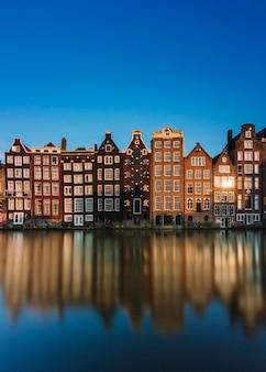 Amsterdam city view met rivier reflectie