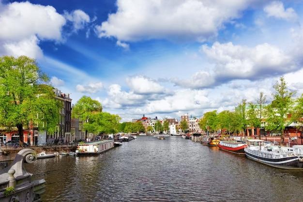 Amsterdam met kanaal in het centrum, holland.