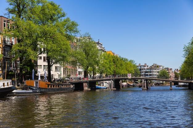 Amsterdam, nederland, europa, 1 september 2021 traditionele oude smalle huizenboten en grachten in amsterdam, de hoofdstad van nederland.