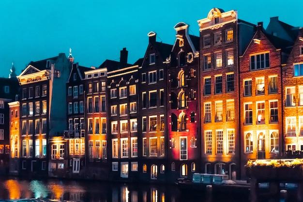Amsterdam nederland europa traditionele oude smalle huizen en grachten in amsterdam in de herfstnacht