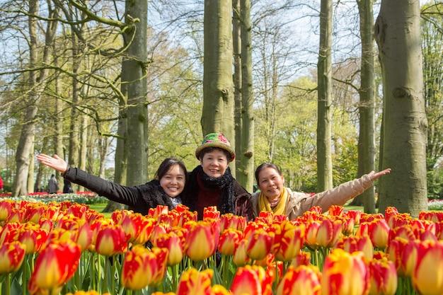 Amsterdam nederland tulpen keukenhof. het seizoen van de lente. aziatische mensen geluk in bloementuin