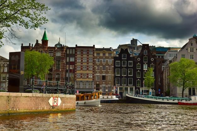 Amsterdamse binnenstad met de munttoren in nederland