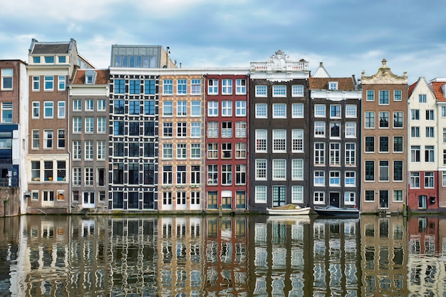 Amsterdamse gracht damrak met huizen, nederland