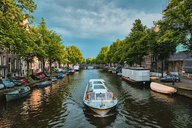 Amsterdamse gracht met botenbrug en oude huizen