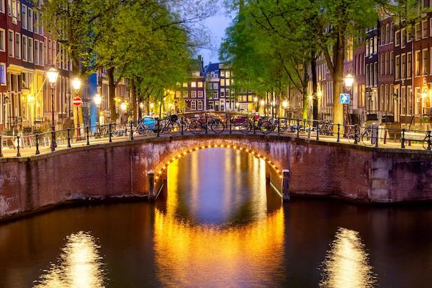 Amsterdamse grachtenzonsondergang Premium Foto