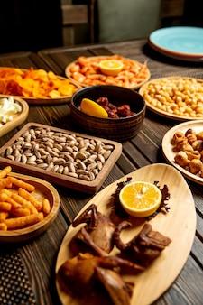 Amuse set met geroosterde kwartel, gefrituurde dushbara pistachenoten en frietjes