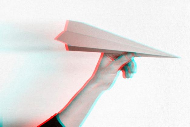 Anaglyph-effect op hand met papieren vliegtuigje