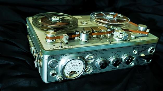 Analoge vintage stereo reel cassettedeck recorder speler met plastic haspels
