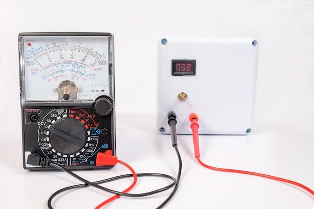 Analoge voltmeter combineert meerdere meetfuncties in één apparaat.