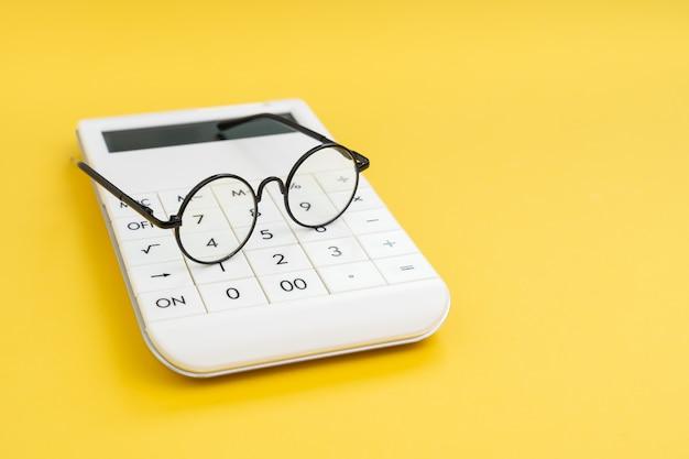 Analyseer cijfers of gegevens, berekening of boekhoud- en financieel concept