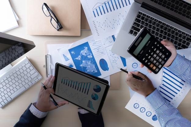 Analyseren van het werk accounting op laptop investeringen concept.