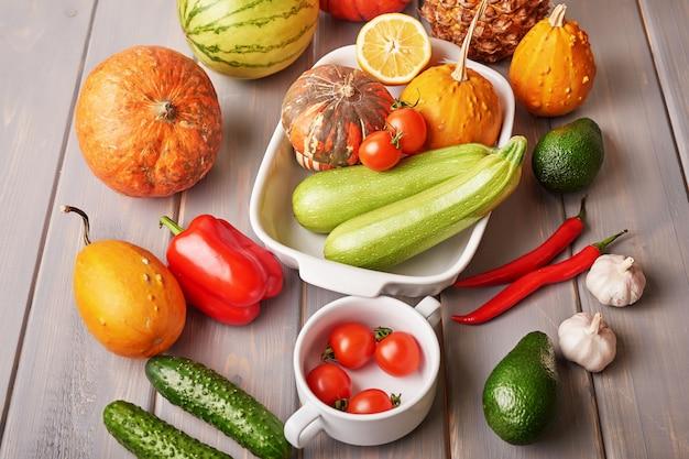Ananas, avocado, peper, chili, komkommer, cherrytomaatjes, knoflook, pompoenen in het kader