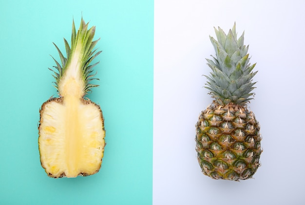 Ananas en de helft van ananas op een kleurrijke achtergrond