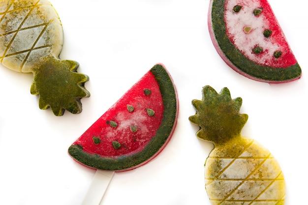 Ananas en watermeloenijslollys op witte, hoogste mening worden geïsoleerd die