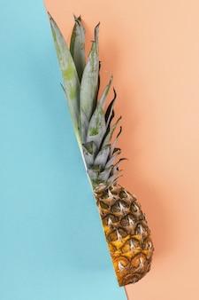 Ananas half op heldere creatieve lay-out, kopie ruimte.