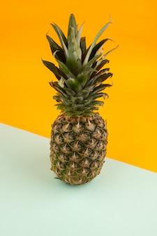 Ananas heel lekker zuur op een water groen en oranje