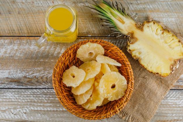 Ananas met sap en gekonfijte ringen op zak