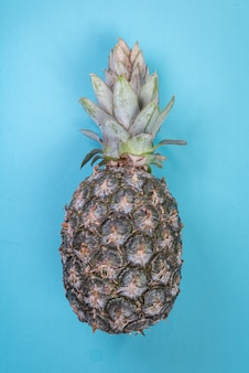 Ananas op de blauwe achtergrond