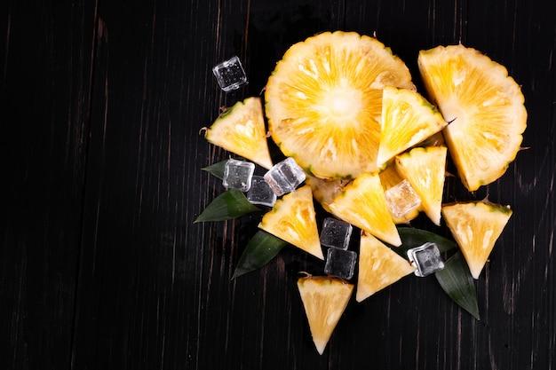 Ananas op de houten textuurachtergrond