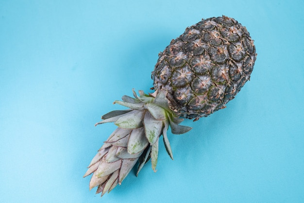Ananas op het blauwe oppervlak