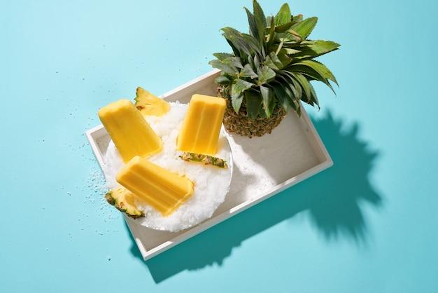 Ananasijs knalt op een dienblad.