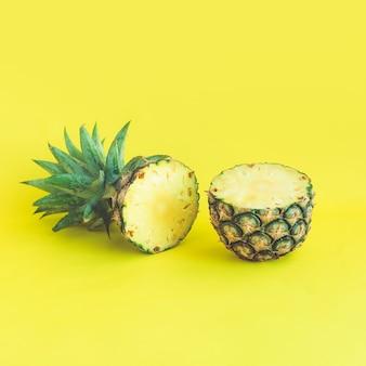 Ananasplak op pastelkleurachtergrond