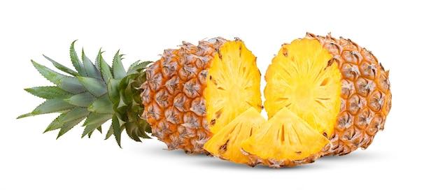 Ananasplakken die op de witte achtergrond worden geïsoleerd