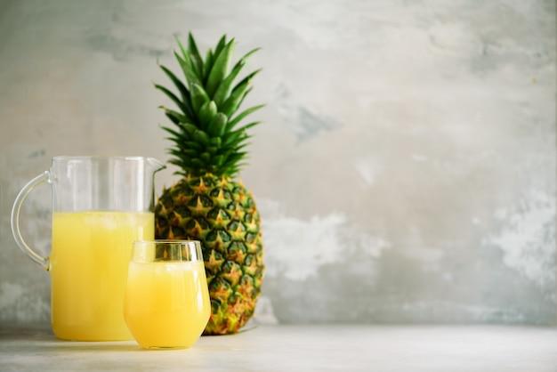 Ananassap in glaswerk en hele ananas fruit. zomer, vakantie concept. ruw, veganistisch, vegetarisch, schoon eetdieet.