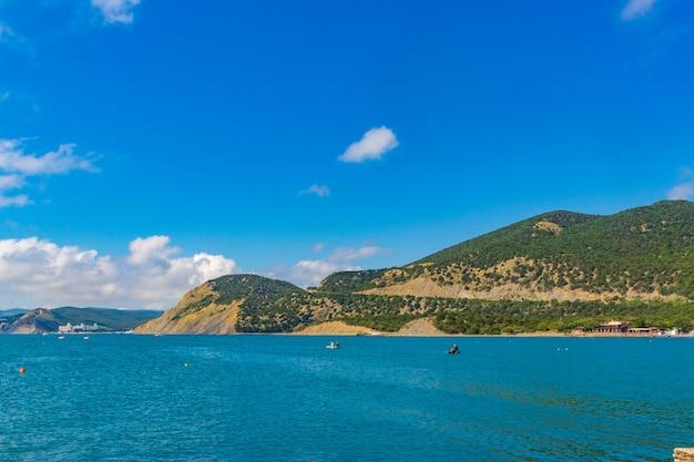 Anapa rusland 11 juni 2021 steenachtig strand van de kust van de zwarte zee in het dorp bolsjoj, utris