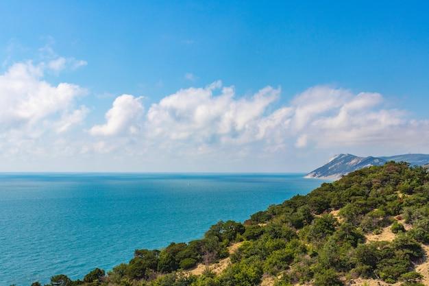Anapa, rusland - j strand van de kust van de zwarte zee in bolshoy utrish dorp zomerdag.