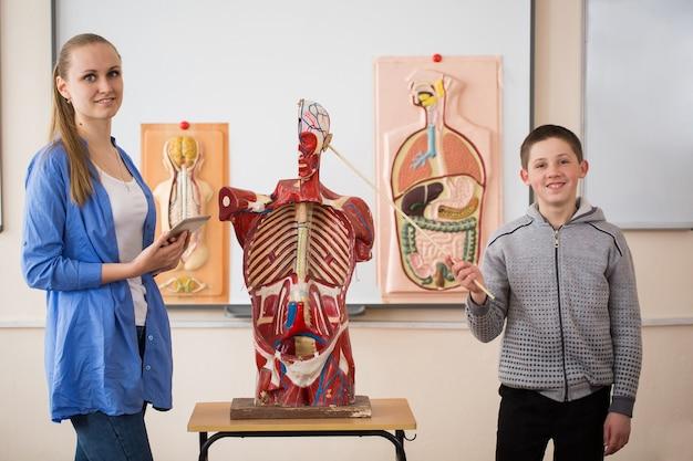 Anatomiedocent en haar leerlingen tijdens een les