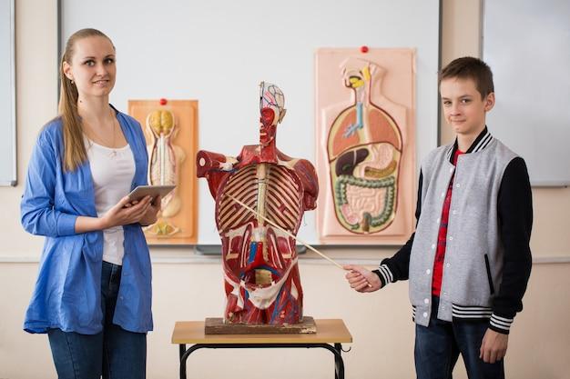 Anatomieleraar en haar leerlingen tijdens een les