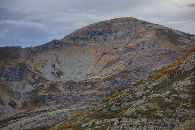 Ancares-bergen in spanje onder een hemel vol wolken