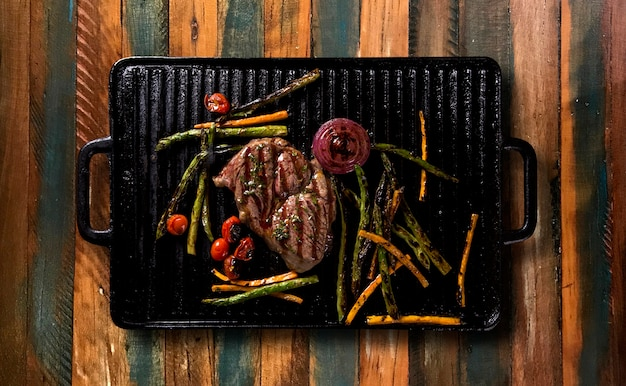 Ancho steak met gegrilde groenten op de grill