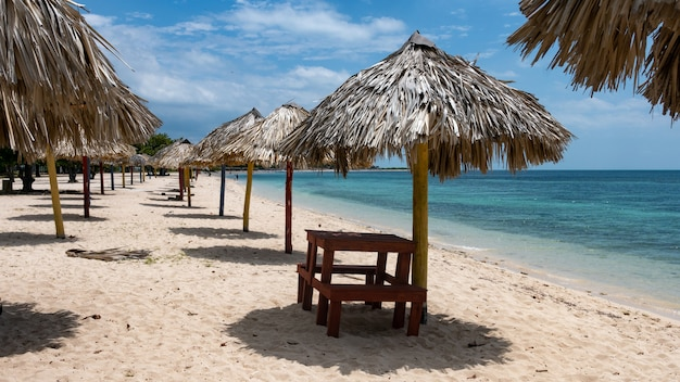 Ancon strand uitzicht op een zonnige dag. trinidad, cuba.