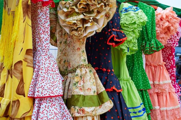 Andalusische zigeuner jurken op een rij in spanje