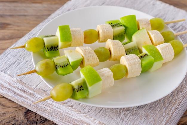Ander soort fruitcanapé voor een zelfbedieningsbuffet.