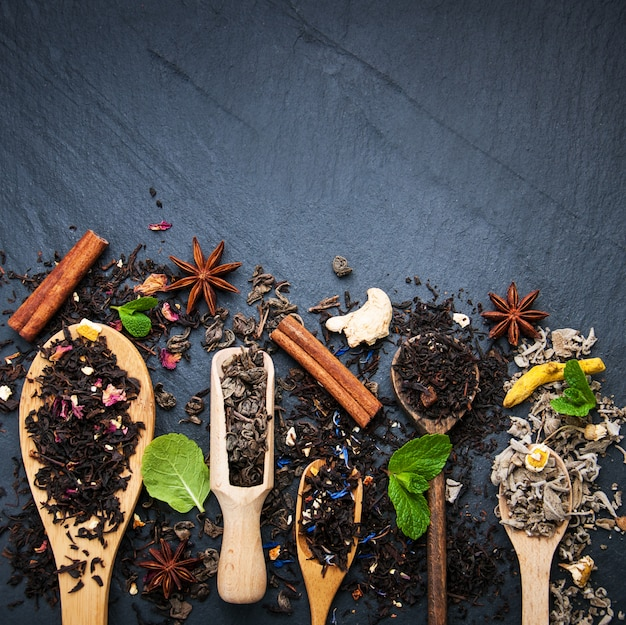 Ander soort thee in houten lepels