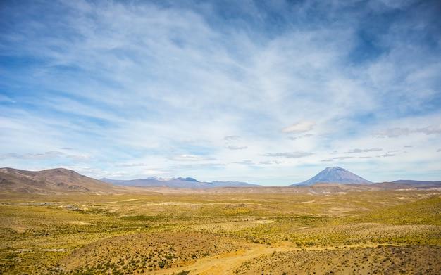 Andeslandschap op grote hoogte met toneelhemel