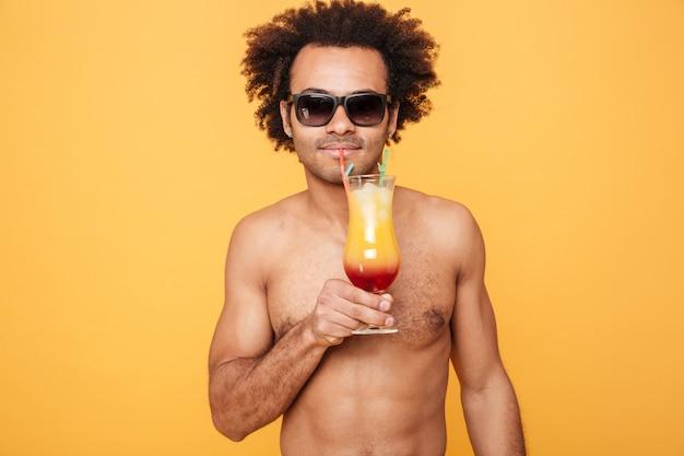 Ðandsome jonge afrikaanse man cocktail drinken.